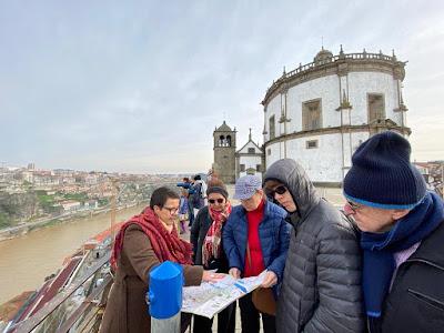 Rita Branco explicando  o mapa do Porto para turistas brasileiros na Serra do Pilar