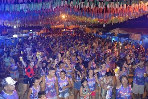 Bloco 'Fogo de Munturo' reúne multidão de simpatizantes do Prefeito Edjacir Leite em Lago dos Rodrigues