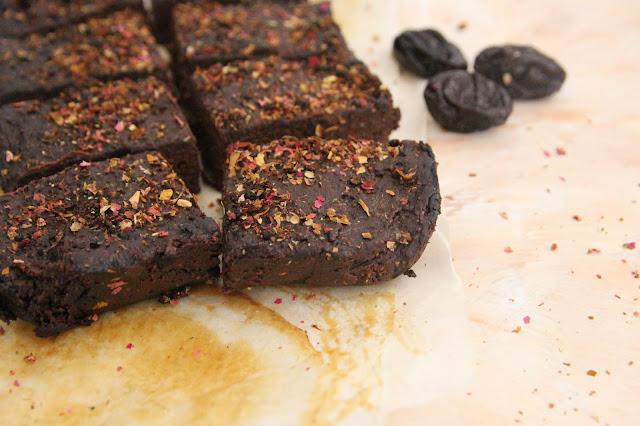 Cuillère et saladier : Fondant au chocolat, pruneaux et miso
