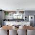Cozinha, sala de jantar e espaço gourmet tudo integrado! Decorado em tons de cinza, madeira e pedra!