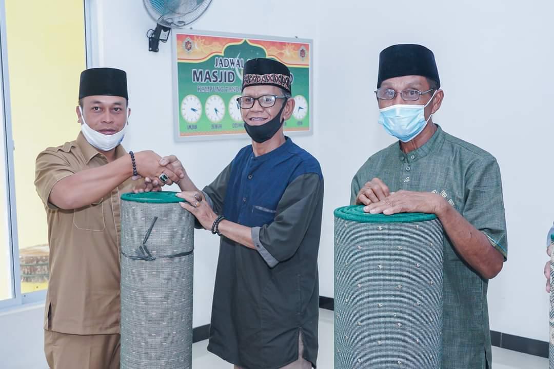Pemkab Lingga Melalui Bagian Kesra Setda Lingga Memberikan Sumbangan Kepada Masjid dan Musholla