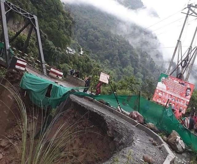 उत्तराखंड समाचार: भारी बारिश व अधिक वाहन के कारण रानीबाग पुल की सड़क धस गई, पढ़े रपट ।