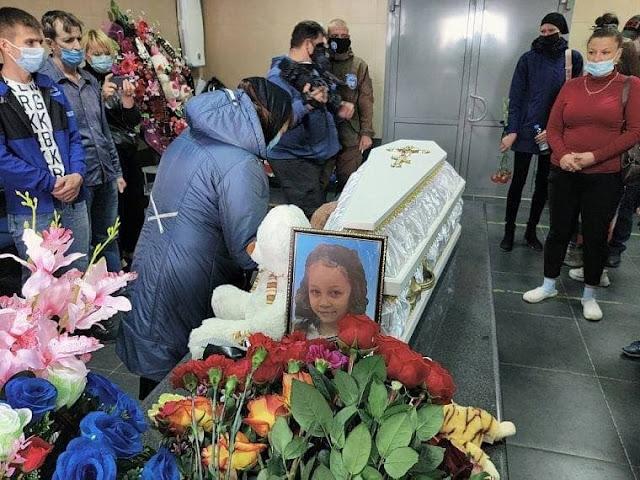 Убитую в Тюмени педофилом 9-летнюю Настю Муравьеву похоронили.