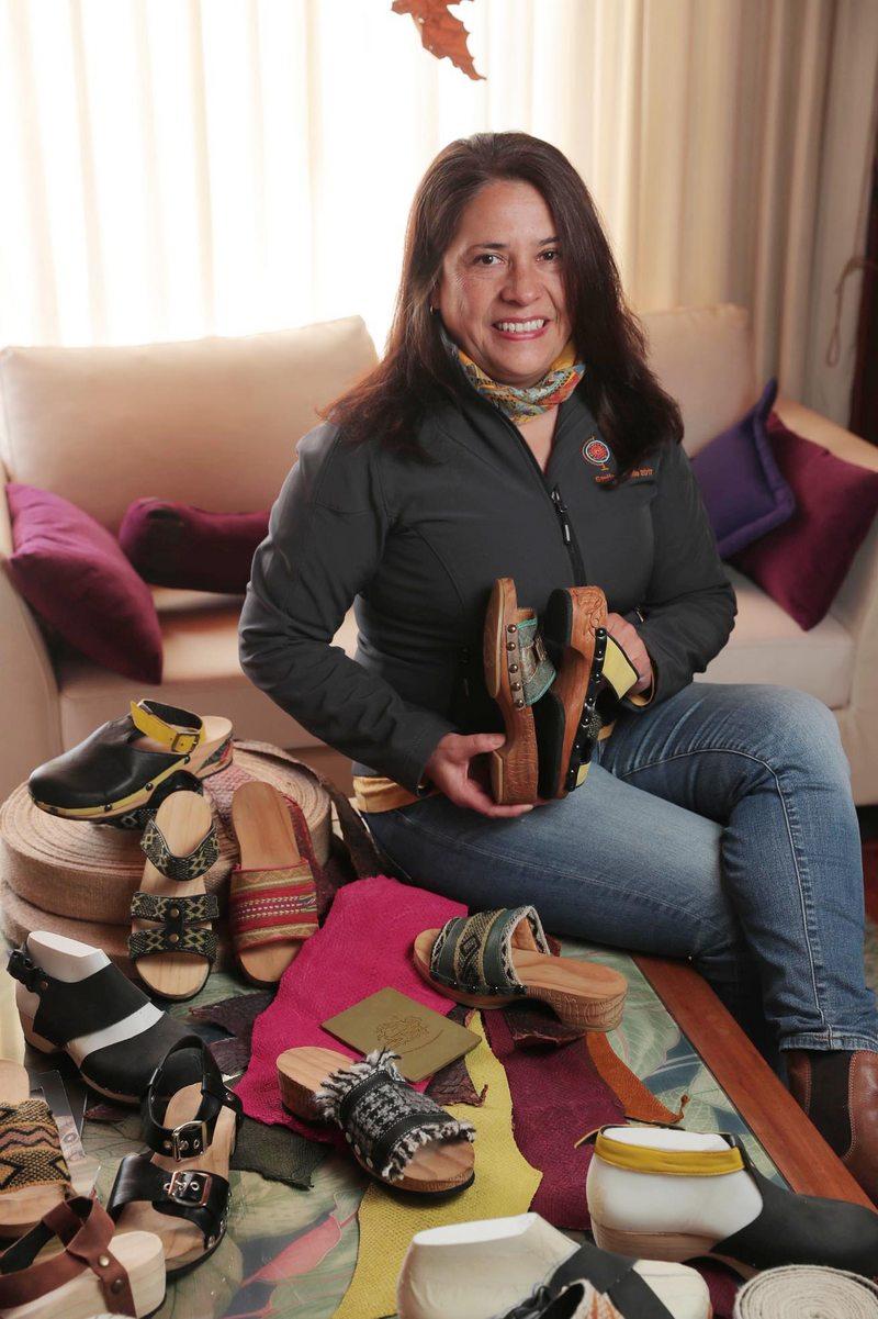 Empresaria trabajó en Adidas y hoy fabrica suecos con rapanuis y mapuches