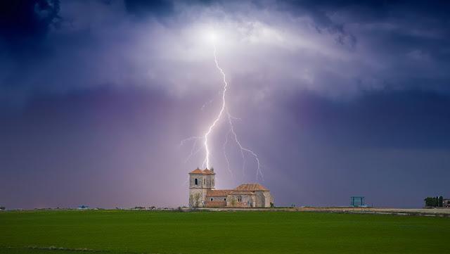 Iglesia de Campo Real alumbrada por Rayo