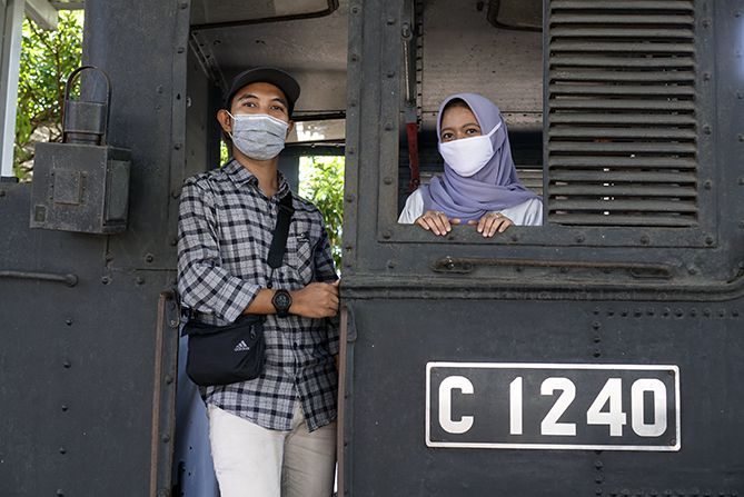 Sepasang remaja berfoto di Museum Kereta Api Ambarawa
