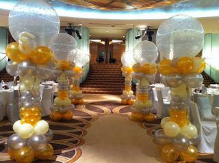 dekorasi bentuk standing untuk acara weding biasanya di kombinasikan dengan warna emas,perak dan juga transparan