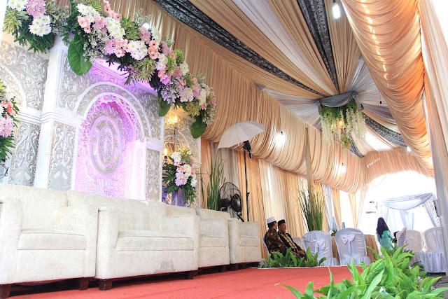 Dekorasi pelaminan dan tenda resepsi pernikahan di rumah
