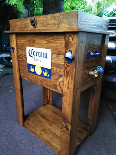 Heladera para cerveza hecha de madera