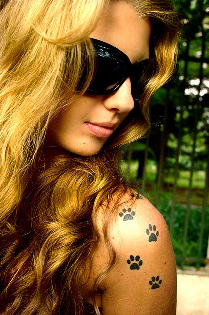 Chica con tatuaje de huellas de perrito