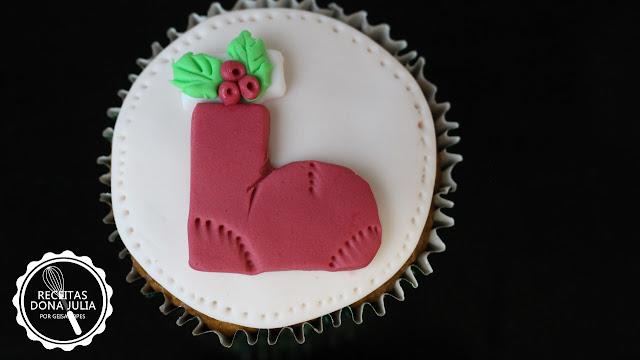 """Cupcake decorado para o Natal - Bota de papai noel"""