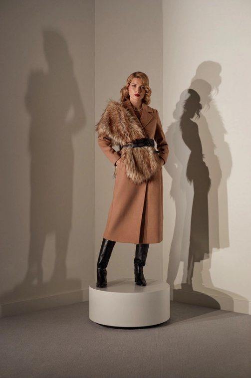 Palton dama bej elegant lung accesorizat cu blana