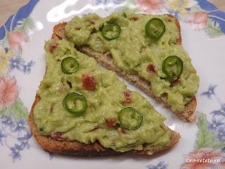 Guacamole pe paine reteta cu avocado ceapa usturoi ardei iute sare si rosii retete de casa de post mancare gustare salata,