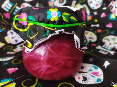 Cebolla encurtida tiene un tono rosado. Muy fuerte