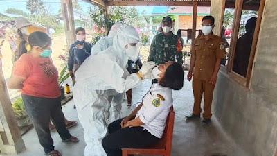 TNI Dampingi Nakes Tes Swab Warga Ronggurnihuta yang di Tracing