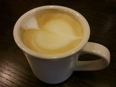 Poesía de Sol Benítez. Taza de café con leche, y un corazón sobre la espuma.