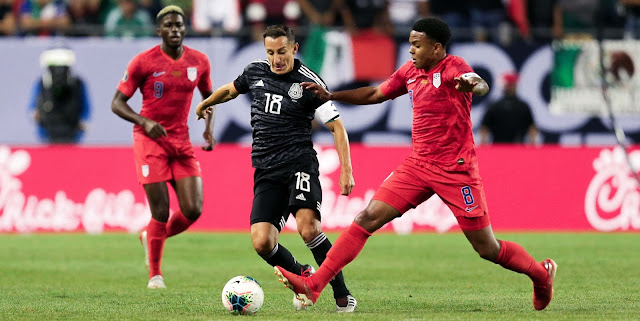 Weston McKennie (USA) e Andrés Guardado (MEX) disputam a bola pela final da Copa Ouro 2019
