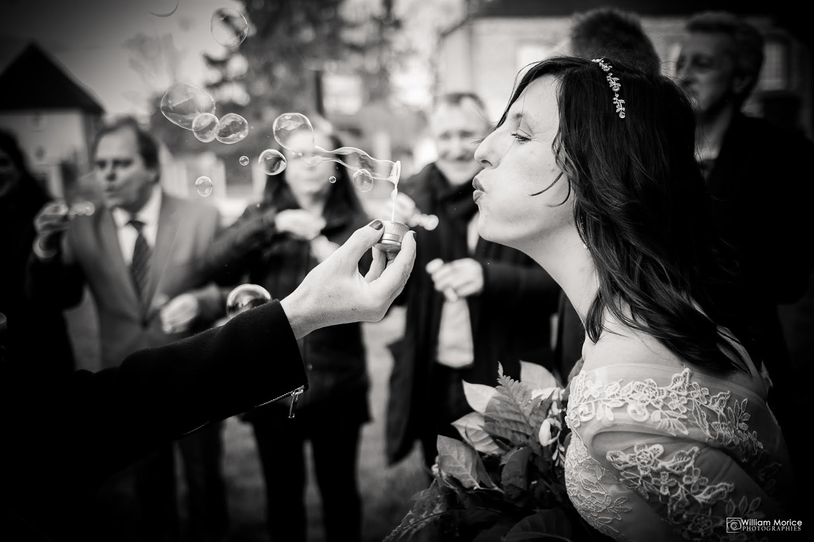 Sortie de mariage avec des bulles