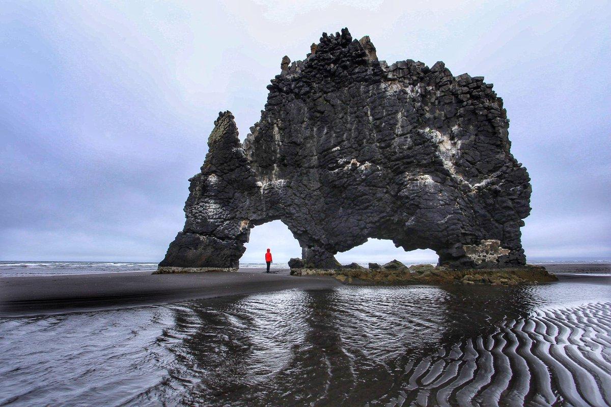 Арнардрангур черного пляжа Рейнисфьяра в Исландии