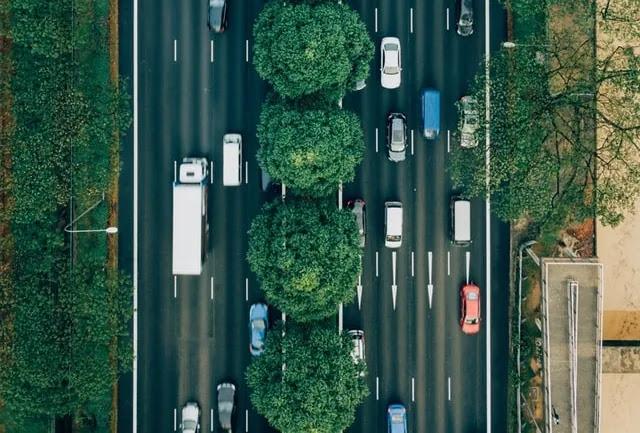 aprende ingles trafico vehiculos vegetacion carretera doble calzada sentido desde el aire