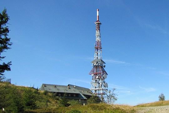 Najbardziej charakterystyczny obiekt na szczycie Skrzycznego: 87-metrowy maszt nadajnika RTV.