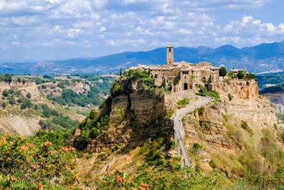 Civita di Bagnoregio un'antica città morente in cima a una roccia in rovina.