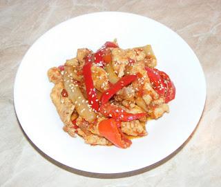 legume cu carne, retete de mancare, mancaruri cu carne, mancaruri cu legume, mancare asiatica picanta, retete culinare, wok, pui gatit la tigaie cu legume si susan in stil asiatic,