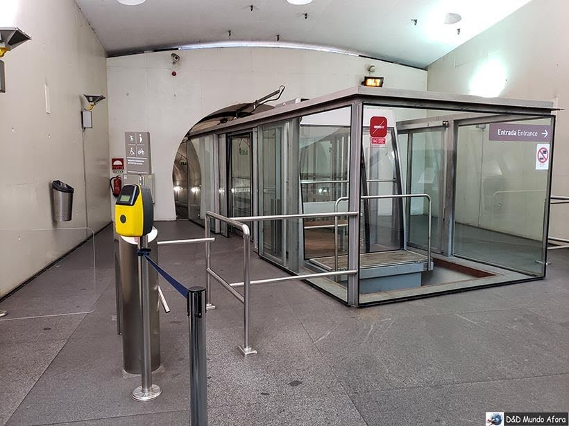 Subindo no Funicular dos Guindais - O que fazer no Porto, Portugal