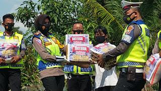 Kasat Lantas Polres Pinrang Akp Dharmawaty Melaksanakan Bakti Sosial Kepada Korban Angin Puting Beliung