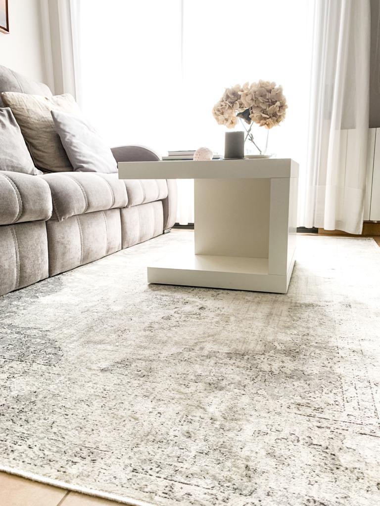 Una alfombra clásica en un salón moderno
