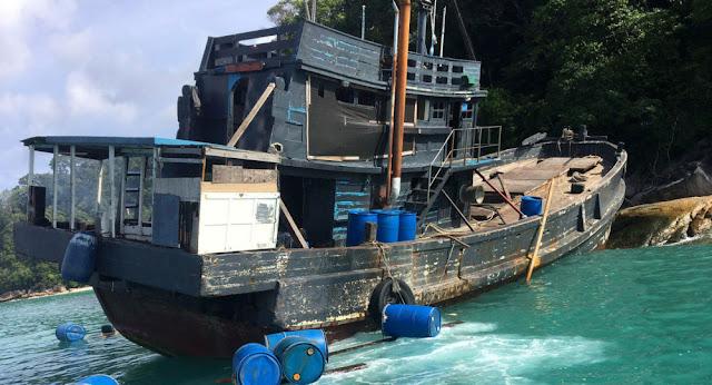 """5 جثث ورأسان... """"سفينة أشباح"""" ترسوا على الشاطئ وتثير حيرة السلطات اليابانية"""