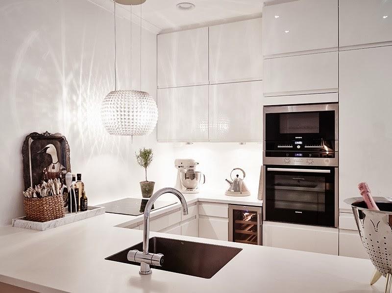 Biały apartament z nowoczesną kuchnią i dodatkami glamour, wystrój wnętrz, wnętrza, urządzanie domu, dekoracje wnętrz, aranżacja wnętrz, inspiracje wnętrz,interior design , dom i wnętrze, aranżacja mieszkania, modne wnętrza, styl skandynawski, styl nowoczesny, glamour, białe wnętrza, biała kuchnia, nowoczesna kuchnia, projekt kuchni,