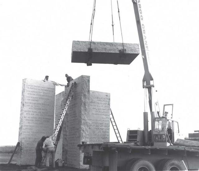 Fotografia mostrando a construção das Pedras Guias da Georgia, ou Georgia Guidestone.