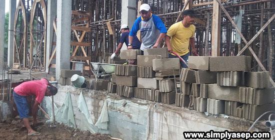 SEMANGAT : AYo semangat pak. Semoga dengan kerja bakti bersama sama ini impian warga agar masjid Babussalam Duta Bandara segera terwujud. Aamin Ya Rabb. Foto Asep Haryono