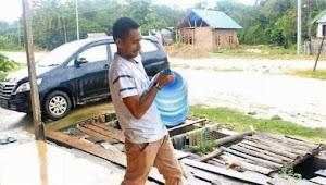 Mantap, Tukang Galon Air Isi Ulang Lolos Jadi Anggota Dewan