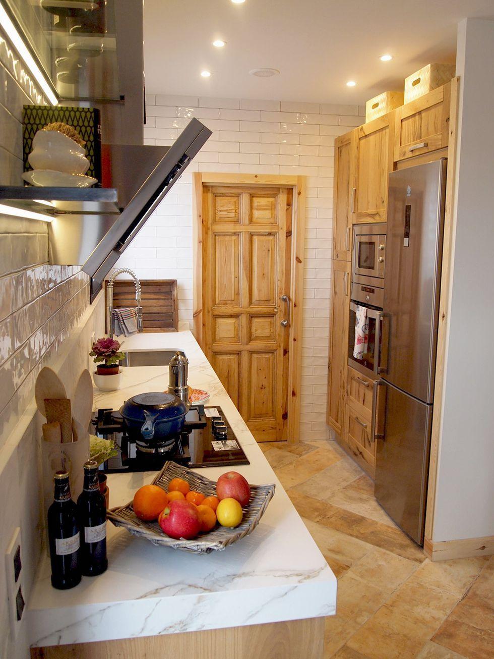Cocina de estilo rústico con alacena al fondo