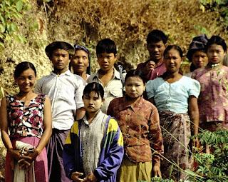 Pessoas da etinia Chin em um local não identificado, 2007