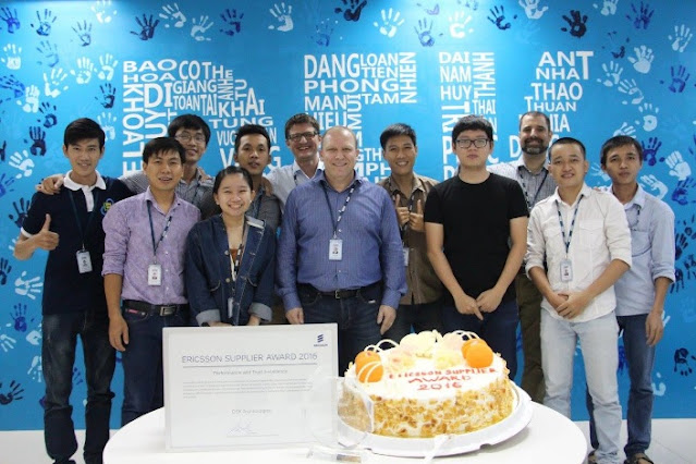 Drini Mulla e il personale dell'ufficio vietnamita di DEK Technologies festeggiano il ricevimento di un premio fornitore Ericsson.