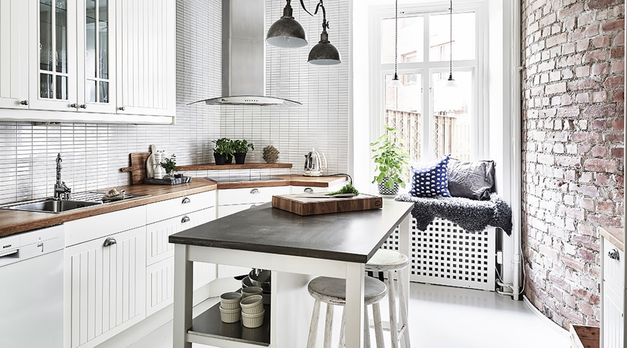 Jak urządzić małą kuchnię z charakterem?, wystrój wnętrz, wnętrza, urządzanie mieszkania, dom, home decor, dekoracje, aranżacje, mała kuchnia, small kitchen, porady, styl skandynawski, scandinavian style, biel, white, ściana z cegły, brick wall