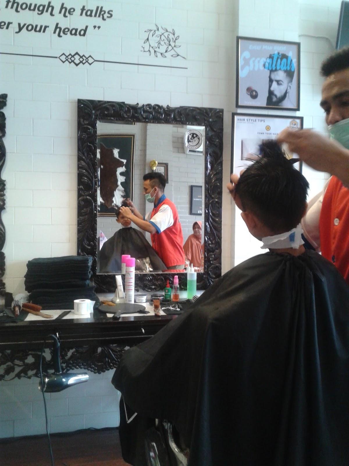Interior tematik akan membuat para pengunjung nyaman ketika sedang pangkas di sir salon