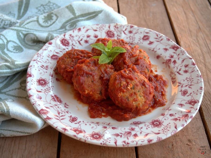 Tortitas de bacalao en salsa de tomate especiada, especialidad del chef Ottolenghi