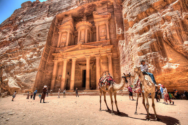 Thành cổ Petra là kho báu quý giá của nhân loại, thu hút lượng lớn khách du lịch tới Jordan. Người du mục cổ đại Nabataean đã định cư ở đây hơn 2.000 năm trước và biến thành phố thành ngã ba quan trọng cho việc trao đổi tơ lụa, gia vị và các tuyến giao thương khác giữa nhiều vùng đất.