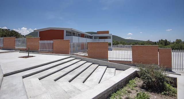 Entrega Enrique Vega dos nuevas secundarias en El Marqués