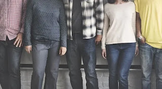 Foto de 5 personas juntas que no se les ve el rostro. La poesía más bella también es para ellos.