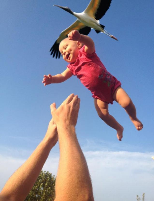 jogando bebê para o ar