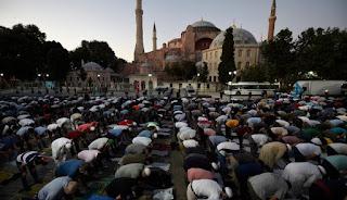 Ribuan Muslim memadati Masjid Hagia Sophia