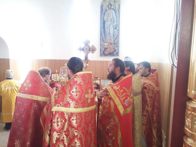 Священики причащаються
