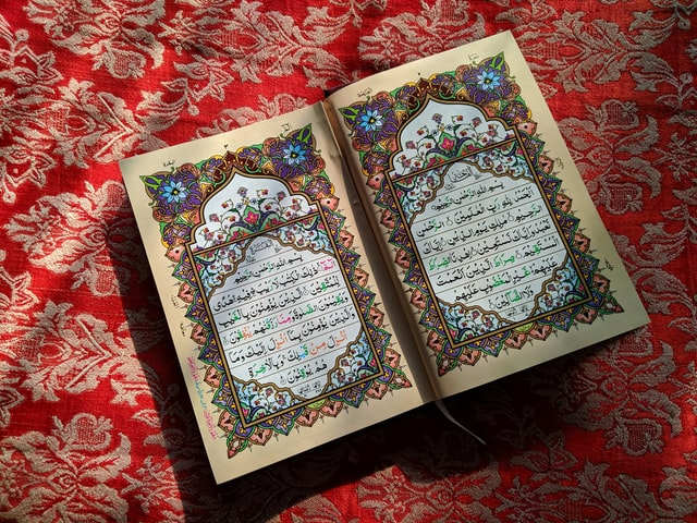 Foto kitab suci Al-quran yang berukiran indah