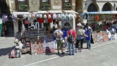 Una bancarella copre l'ex negozio di giocattoli all'Anconeta