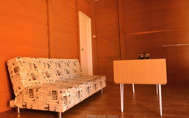 Sofa dan meja kecil untuk duduk santai di ruangan tamu